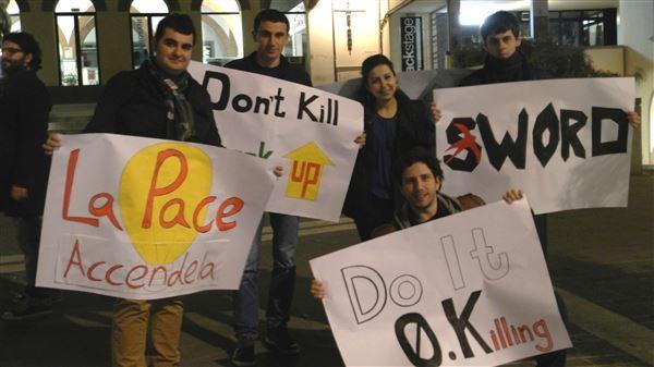 """""""Fermiamo i carri armati con le parole!"""". Rondine in piazza per la Crimea"""