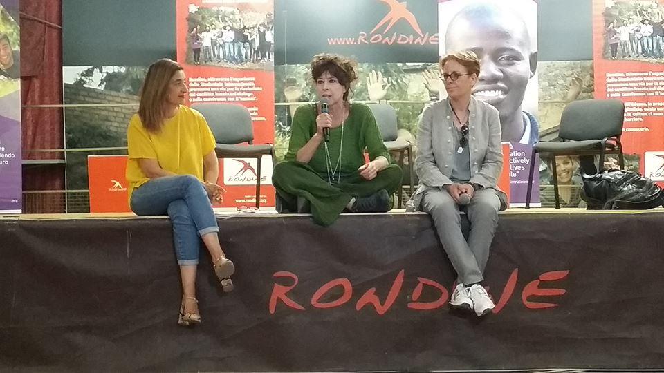 I giovani e il conflitto. Veronica Pivetti conquista la platea di Rondine